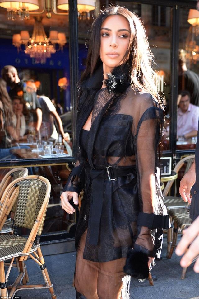 Sự xuất hiện của người đẹp lập tức thu hút sự quan tâm của báo giới và người hâm mộ tại Pháp.