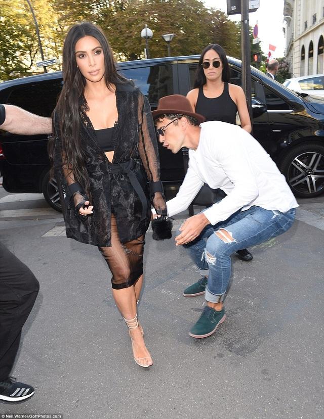 Kim Kardashian phát hoảng khi bị fan cuồng đòi sàm sỡ - 8