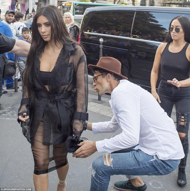 Kim Kardashian phát hoảng khi bị fan cuồng đòi sàm sỡ - 10
