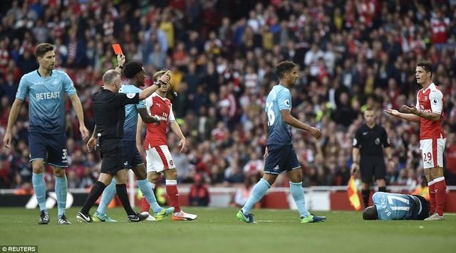 Xhaka nhận thẻ đỏ sau khi phạm lỗi với Barrow