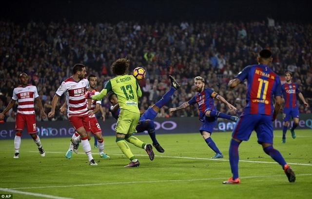 Rafinha móc bóng ghi bàn mang về 3 điểm quan trọng cho Barcelona