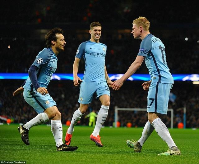 Đầu hiệp 2, De Bruyne đã giúp Man City dẫn trước 2-1