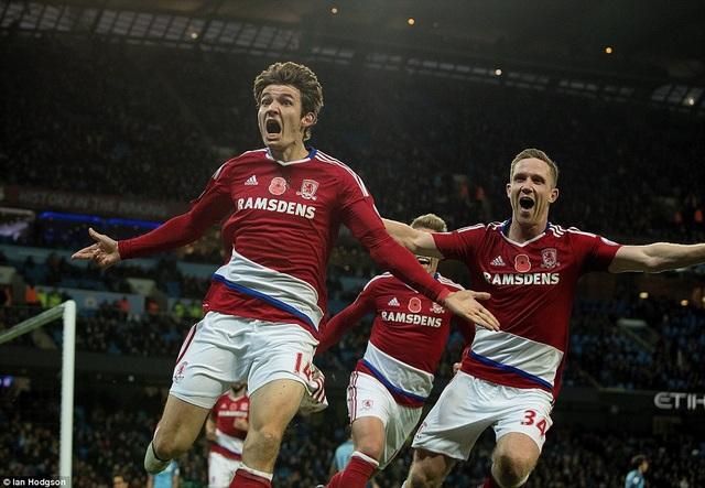 De Roon ăn mừng sau khi ghi bàn vào lưới Man City