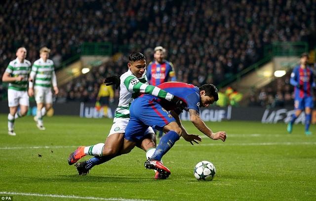 Luis Suarez mang về quả phạt đền ở hiệp 2