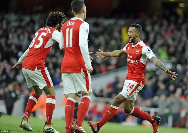Các cầu thủ Arsenal ăn mừng sau khi ghi bàn