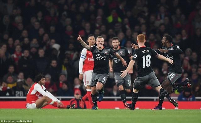 Jordy Clasie ăn mừng sau khi ghi bàn vào lưới Arsenal