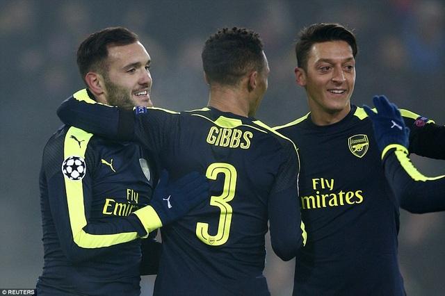 Perez (trái) tỏa sáng rực rỡ trong chiến thắng của Arsenal