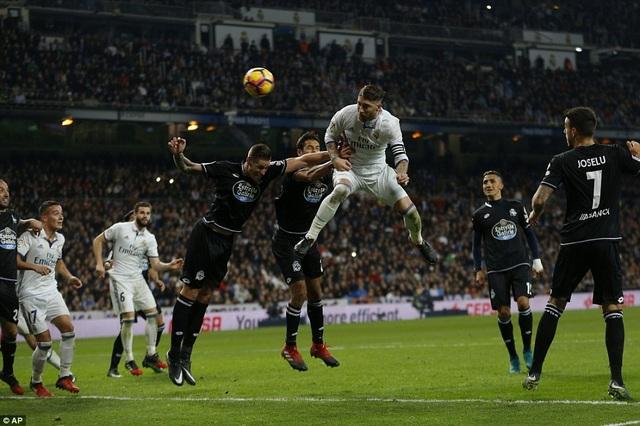 Sergio Ramos đánh đầu ấn định thắng lợi 3-2 cho Real Madrid trước Deportivo