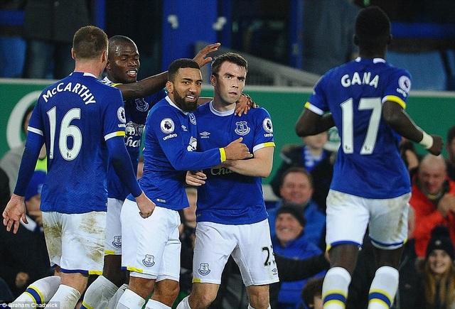 Các cầu thủ Everton ăn mừng bàn thắng của Coleman