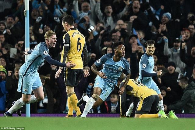 Niềm vui của Sterling (giữa) sau khi ghi bàn vào lưới Arsenal
