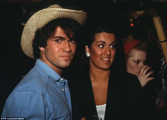 George Michael nhận con của hai người chị gái làm con nuôi, và những đứa trẻ này sẽ được hưởng một phần tài sản 100 triệu bảng Anh của ông. Trong ảnh, George chụp hình với người chị Melanie.