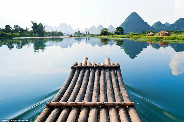 Một chiếc bè tre trôi trên dòng sông Li ở miền nam Trung Quốc. Nhiếp ảnh gia ghi được khoảnh khắc rất thanh bình và tĩnh lặng của vùng sông nước.