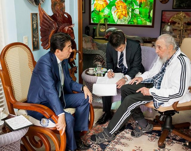 Ông Abe gặp gỡ lãnh tụ Cuba Fidel Castro ngày 22/9 (Ảnh: Reuters)
