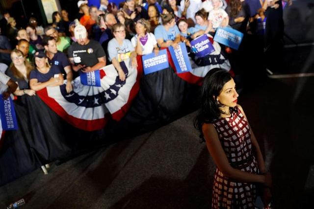 Abedin luôn sát cánh bên bà Clinton trong suốt chiến dịch tranh cử kéo dài nhiều tháng qua. Cô thường đứng ở hậu trường để theo dõi các bài phát biểu vận động tranh cử của bà Clinton.