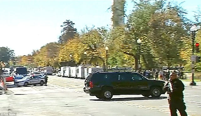 Chiếc xe màu đen của ông Trump di chuyển trên đường phố. (Ảnh: Fox news)