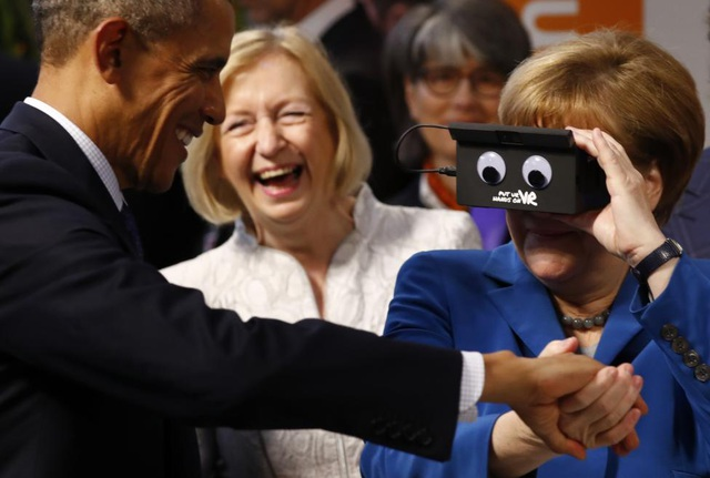 Bà Merkel thử sử dụng kính thực tế ảo trong khi bà và ông Obama thăm hội chợ thương mại công nghệ Hannover Messe tại Hannover, Đức tháng 4/2016. (Ảnh: Reuters)