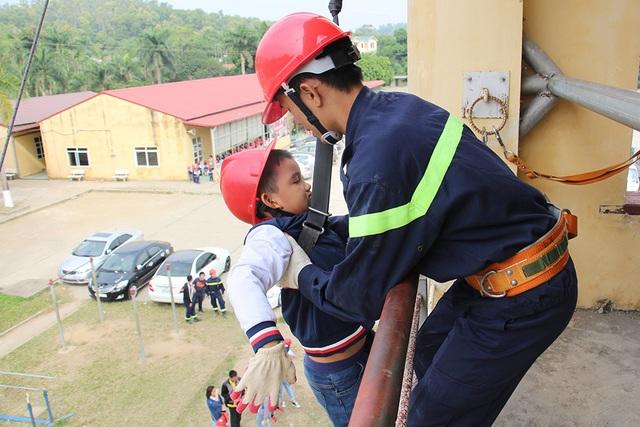 """""""Thót tim"""" với trải nghiệm làm lính cứu hỏa của học sinh tiểu học - 5"""