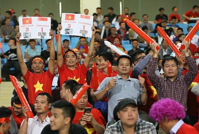Các cổ động viên tin tưởng đội tuyển Việt Nam sẽ thắng cách biệt 3-1 để vào chung kết, ảnh: Minh Phương