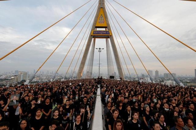 Người dân Thái Lan tham gia một sự kiện nhằm kỷ niệm sinh nhật của cố Quốc vương Bhumibol Adulyadej trên cầu Bhumibol ở Bangkok, Thái Lan. (Ảnh: Reuters)