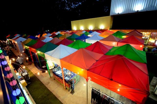 Phần lều bạt được thiết kế như những khối rubik. Đây là phần cơ động nhất của khu chợ do có thể di chuyển.