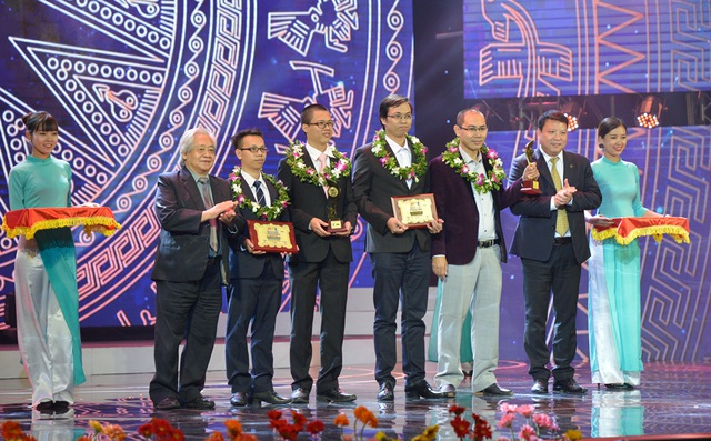 Ông Phạm Tất Dong - Tổng thư ký - Phó Chủ tịch Hội Khuyến học Việt Nam và ông Trần Minh Sơn - Phó Chủ tịch Tập đoàn SunGroup trao giải Ba lĩnh vực CNTT.