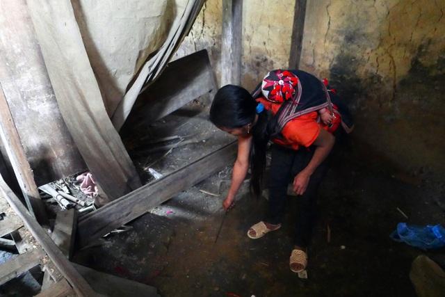 Nhắc đến sự việc kinh hoàng, người con dâu cả của gia đình nạn nhân chỉ vào chỗ đất dưới gầm giường bị hung thủ chọc nham nhở vì nghĩ ở đây có chôn đồ quý.