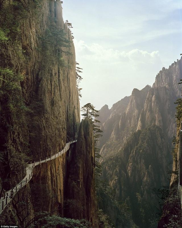 Lối đi bằng gỗ uốn lượn theo vách đá của dãy núi Hoàng Sơn. Địa danh này là thắng cảnh ở tỉnh An Huy thuộc phía đông nam Trung Quốc.