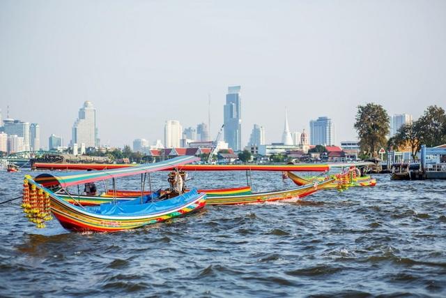 Đi thuyền trên sông Chao Phraya – con sông chính của quốc gia này là dịp để du khách khám phá thủ đô Bangkok với sự hòa quyện của hiện đại và cổ kính.