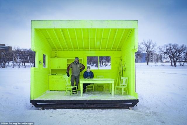 Ngôi nhà siêu nhỏ màu neon nổi bật giữa nền tuyết trắng xóa trong tiết trời Đông của đất nước Canada.