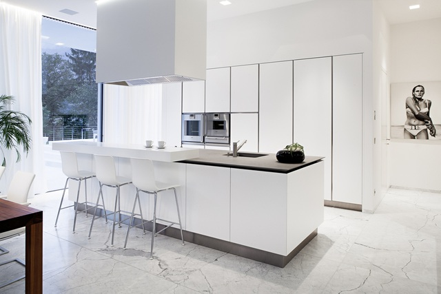 Bếp trắng hiện đại và sạch sẽ