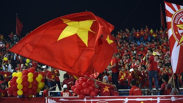 Cờ Việt nam tung bay trên khán đài Mỹ Đình, ảnh: Mạnh Thắng