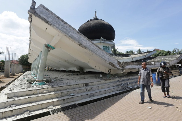 Cảnh tượng đổ nát sau trận động đất mạnh 6,4 độ richter ở tỉnh Aceh, Indonesia. (Ảnh: ANTARA)