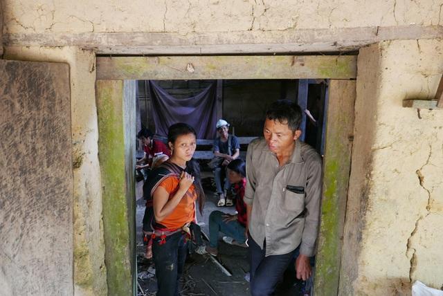 Tâm trạng của người thân gia đình nạn nhân trước khi bỏ lại ngôi nhà bi thảm nơi rừng núi mãi mãi.