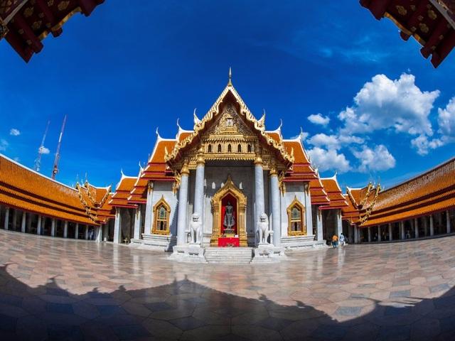 Với kiến trúc tuyệt đẹp cùng những pho tượng Phật giáo khổng lồ, Wat Pho là ngôi chùa cổ kính nhất Bangkok, được xây 200 năm trước khi Bangkok trở thành thủ đô. Đây cũng là một trong những điểm du lịch đáng tới thăm nhất của thủ đô này.