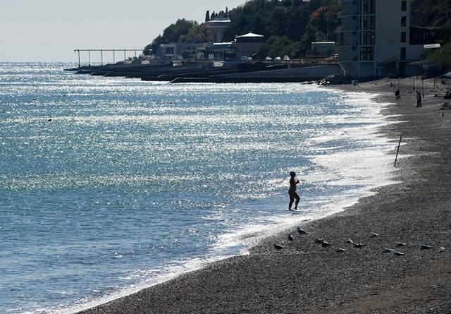 Nắng ngập tràn trên bãi biển tại Alushta.