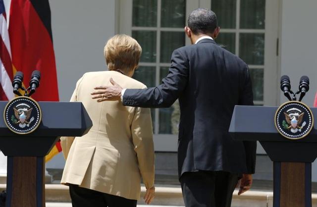 Ông Obama và bà Merkel bước đi sau cuộc họp báo chung tại Nhà Trắng tháng 5/2014. (Ảnh: Reuters)