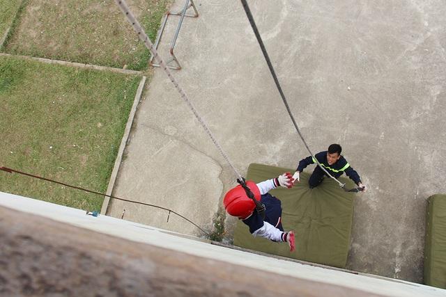 """""""Thót tim"""" với trải nghiệm làm lính cứu hỏa của học sinh tiểu học - 7"""