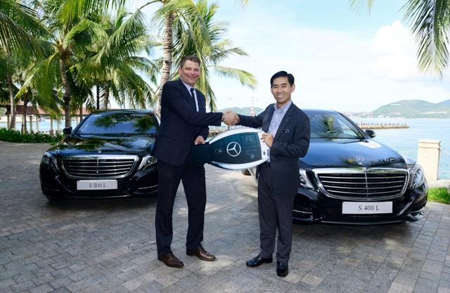 Ông Choi Duk Jun (bên phải) bàn giao 2 chiếc S-Class cho đại diện VinPearl Nha Trang Bay Resort & Villas