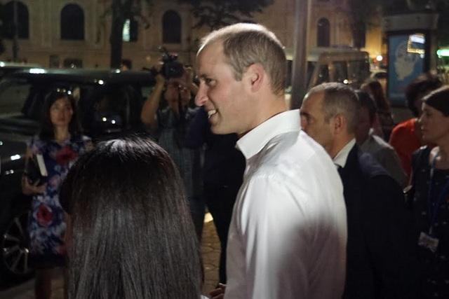 Hoàng tử William dừng lại trong ít phút để gặp gỡ mọi người trước khi lên xe rời đi. (Ảnh: Hữu Nghị)