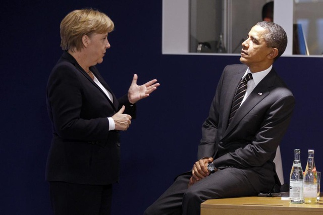 Lãnh đạo Đức, Mỹ trò chuyện trước khi bước vào ngày 2 của thượng đỉnh G20 ở Cannes, Pháp năm 2011. (Ảnh: Reuters)