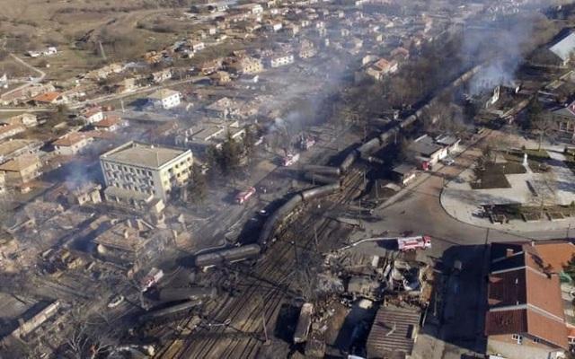 Hiện trường vụ tai nạn tàu chở hàng bị chật đường ray và phát nổ tại làng Hitrino, đông bắc Bulgaria. (Ảnh: Getty)