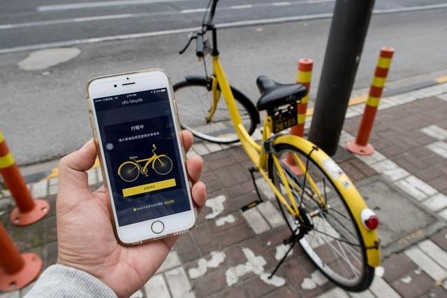 Sử dụng ứng dụng của Ofo để thuê xe đạp ở Thượng Hải. Ảnh: Imaginechina