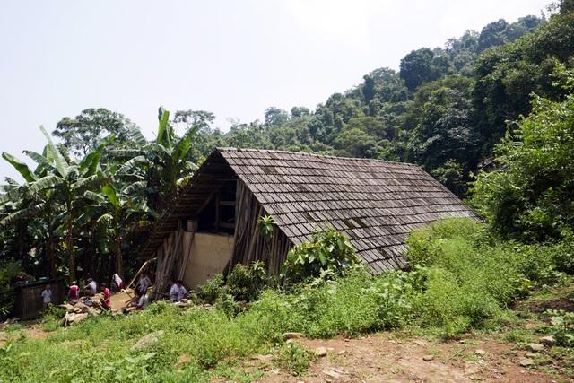Ngôi nhà của gia đình có 4 người bị sát hại hôm 9/8 ở Lào Cai nằm trên vùng núi cao của xã vùng biên Trịnh Tường, huyện Bát Xát. Kể từ hôm xảy ra thảm án, các thành viên trong gia đình nạn nhân phải tạm lánh đi nơi khác vì sợ hung thủ tìm về. Người dân trong vùng cũng không dám đến đây, khiến căn nhà bị bỏ hoang không ai trông giữ.