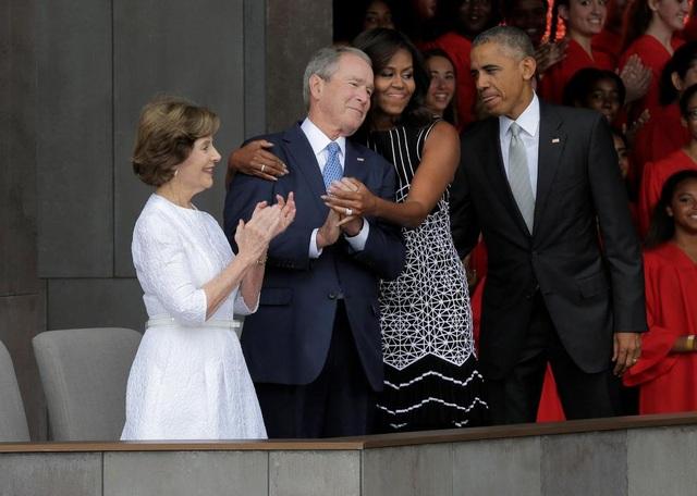 Đệ nhất phu nhân Mỹ Michelle Obama ôm cựu Tổng thống George W. Bush khi họ cùng tham gia lễ khai trương bảo tàng đầu tiên về người Mỹ gốc Phi tại thủ đô Washington. (Ảnh: Reuters)