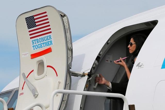 Abedin trên máy bay tranh cử của Hillary Clinton.