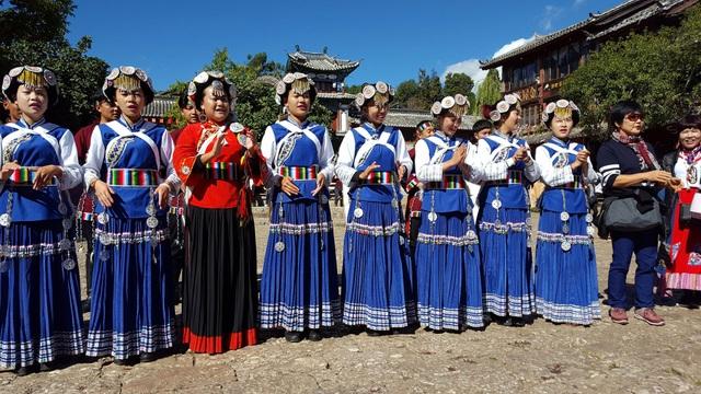 Trang phục Naxi của các thiếu nữ hôm nay.