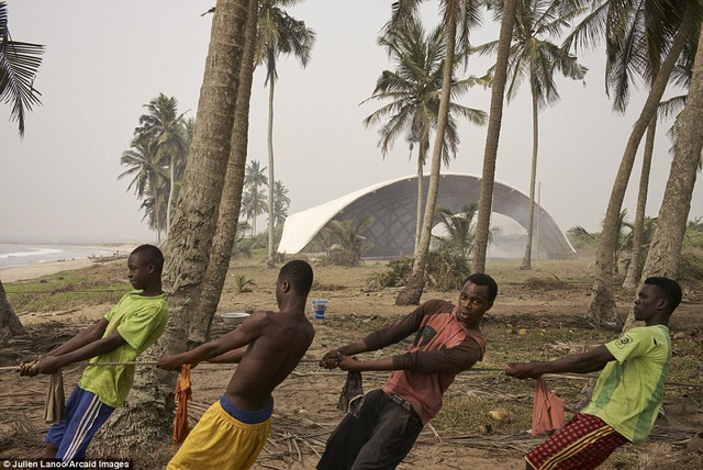 Viện nghiên cứu văn hoá và nghệ thuật Haduwa tại Ghana có hình dáng tựa như một con sóng. Thiết kế này vừa tạo nên sự ấn tượng vừa giúp nó chống chọi lại với các cơn gió mạnh thổi từ bờ biển vào.
