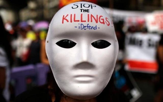 Một người Philippines đeo mặt nạ trong cuộc tuần hành nhằm kỷ niệm Ngày Nhân quyền thế giới tại thủ đô Manila, Philippines. (Ảnh: EPA)