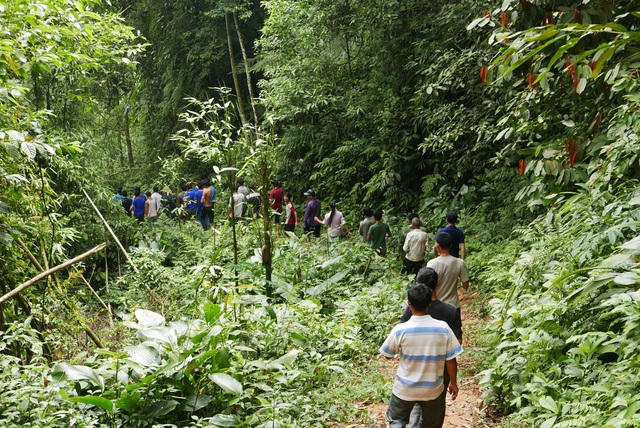 Biết sáng 6/9 lực lượng chức năng dẫn giải Tẩn Láo Lở lên thôn Phìn Ngan, rất đông người dân từ các đỉnh núi lân cận đã sang theo dõi.