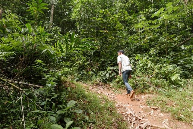 Đi vài km đường đất dá cuội, xe máy cũng phải bỏ lại để cuốc bộ lên thôn Phìn Ngan.